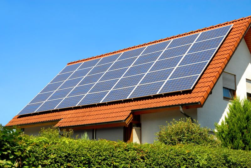Eine Photovoltaikanlage auf einem Schrägdach.