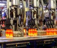 Fertigungsstraße mit Flaschen aus glühendem Glas