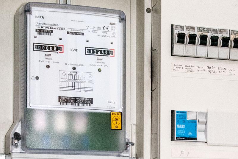 Drehstrom-Zweiwege-Stromzähler. Viele Betreiber haben noch solch ein Gerät und keinen Smart Meter für Photovoltaik-Anlagen