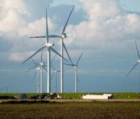 Windkraftanlagen vor Wolken