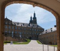Kloster Banz durch die Eingangspforte fotografiert