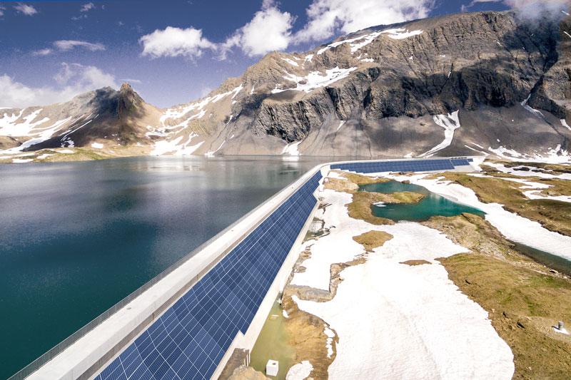 Photovoltaik an der Staumauer des Muttsees