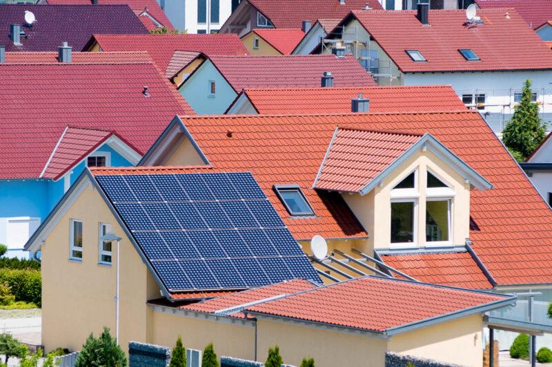 Dacher von Einfamilienhäusern, nur eines hat Photovoltaik
