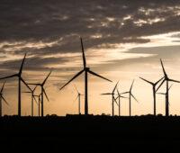 Windkraftwerke als Silhouette im Gegenlicht