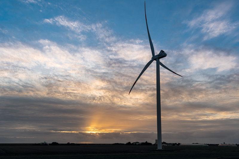 Windrad in Nordfriesland mit Sonnenuntergang