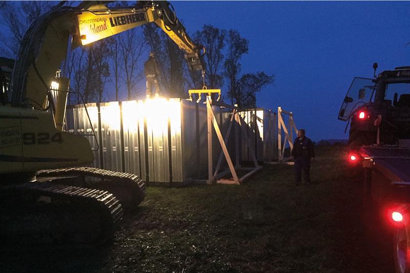 Kollektoren werden bei Dämmerung auf der Baustelle verladen