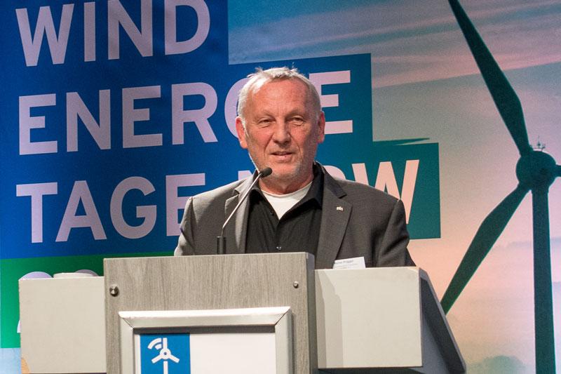 LEE-NRW-Vorsitzender Reiner Priggen am Rednerpult bei den Windenergietagen NRW