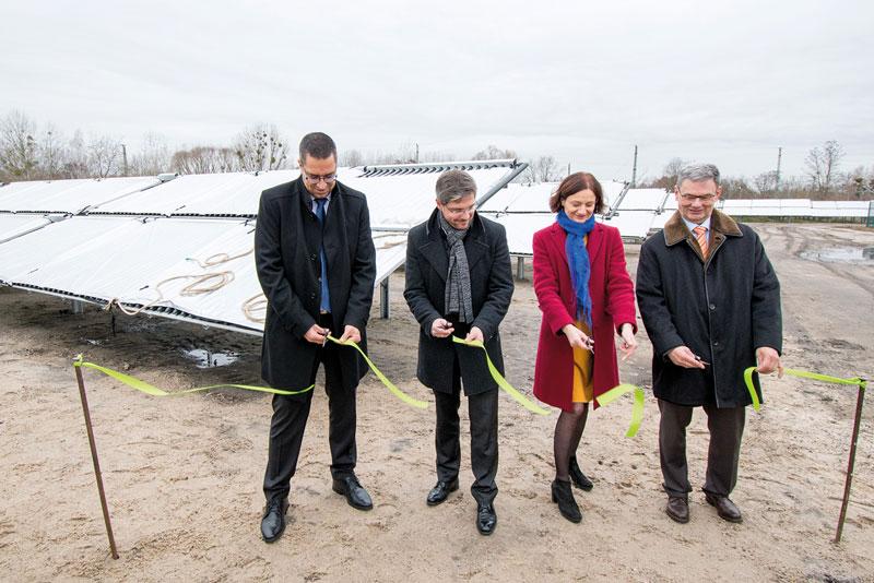 Feierliche Durchschneidung des grünen Bandes vor dem neuen Kollektorfeld in Potsdam