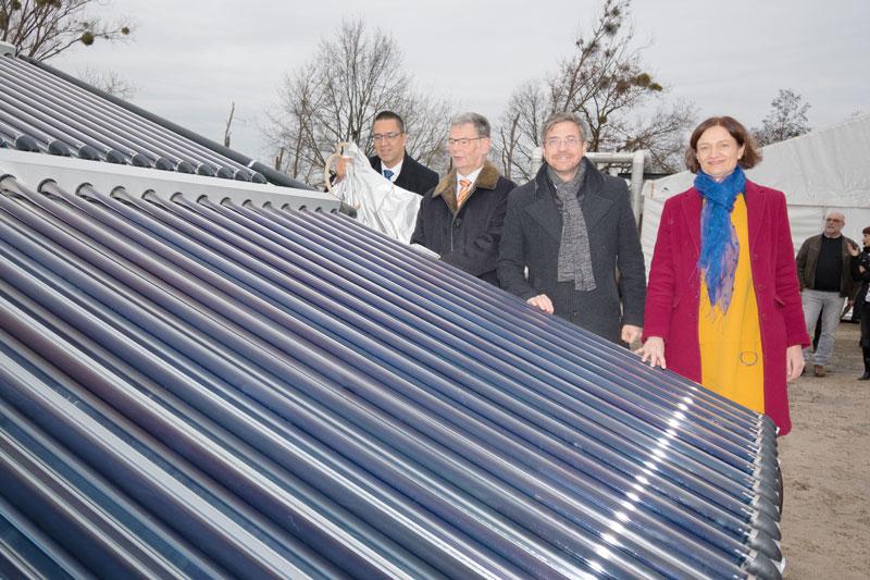 Einweihungsfoto mit Politprominenz am Solarkollektor