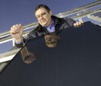 Zu sehen ist ein Mann, der ein Photovoltaik-Modul auf einem Teststand montiert. Im 1. Quartal 2021 erzeugten erneuerbare Energien 40 des deutschen Strombedarfs.