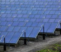 Eine größere Fläche mit blauschimmernden Solarthermiekollektoren zur Wärmeerzeugung