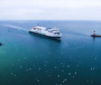 Hybrid-Fährschiff fährt in den Hafen ein.