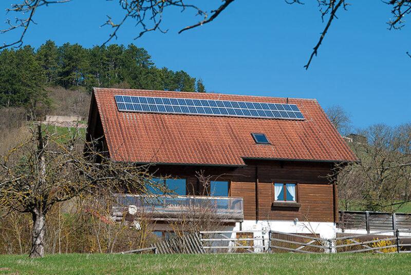 Photovoltaikanlage auf bayerischem Holzhaus