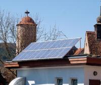 Photovoltaikanlage aus den 1990er Jahren auf dem Dach in einem Altstadtbezirk