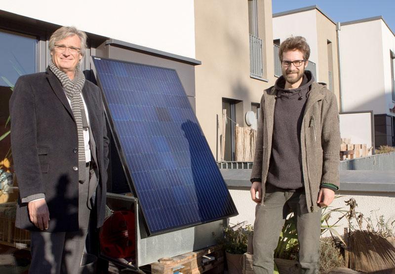 Zwei Herren präsentieren eine Balkon-Solaranlage