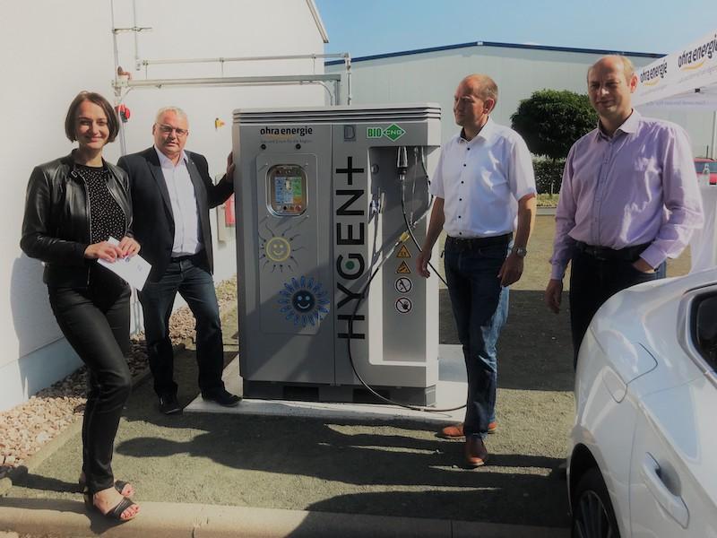Vier Menschen, eine Tanksäule: Inbetriebnahme der Biogas-CNG-Tankstelle bei Ohra