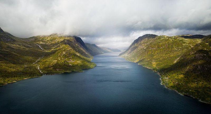 Blauer See zwischen grünen Bergen - Wasserkraf aus Norwegen