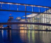 Bundestagsgebäude am Spreeufer in der Abenddämmerung