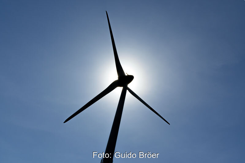 Windkraftanlage (Enercon) im Gegenlicht