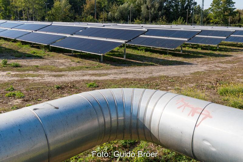 Fernwärmerohr vor Solarthermieanlage