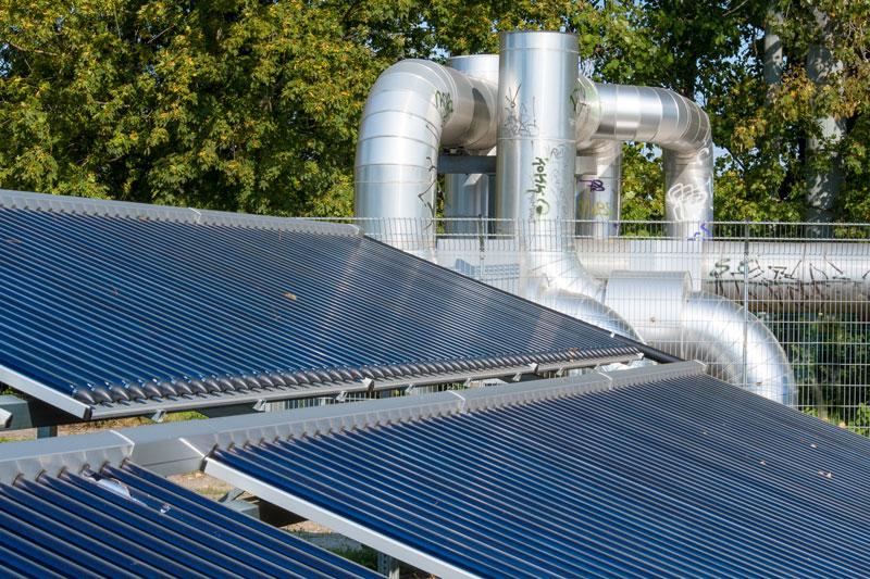 Solarthermieanlage vor Fernwärme-Leitungen