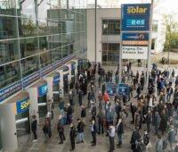 Menschenmenge vor dem Eingang der Messe München zur Intersolar / The smarter E