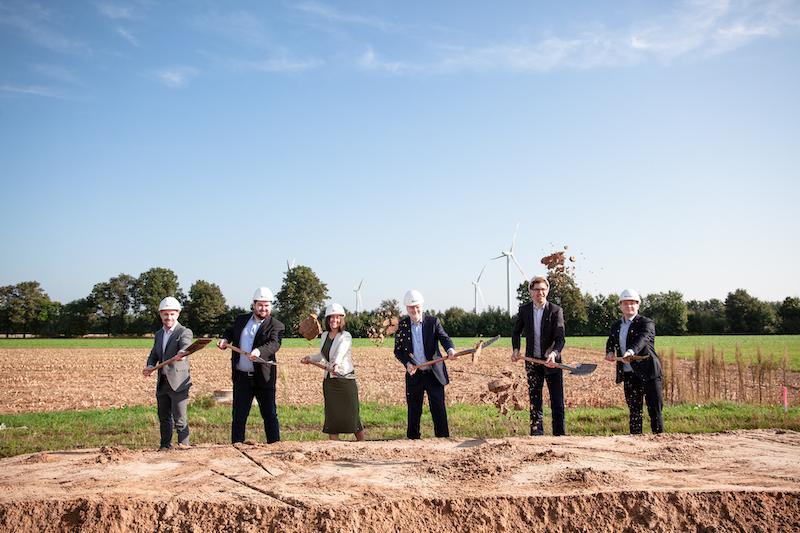 Fünf Männer und eine Frau mit Spaten - hier will Enapter eine Fabrik für Elektrolyseure bauen