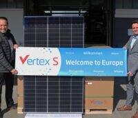Zu sehen sind zwei Trina-Mitarbeiter mit dem neuen Vertex S Photovoltaik-Modul.