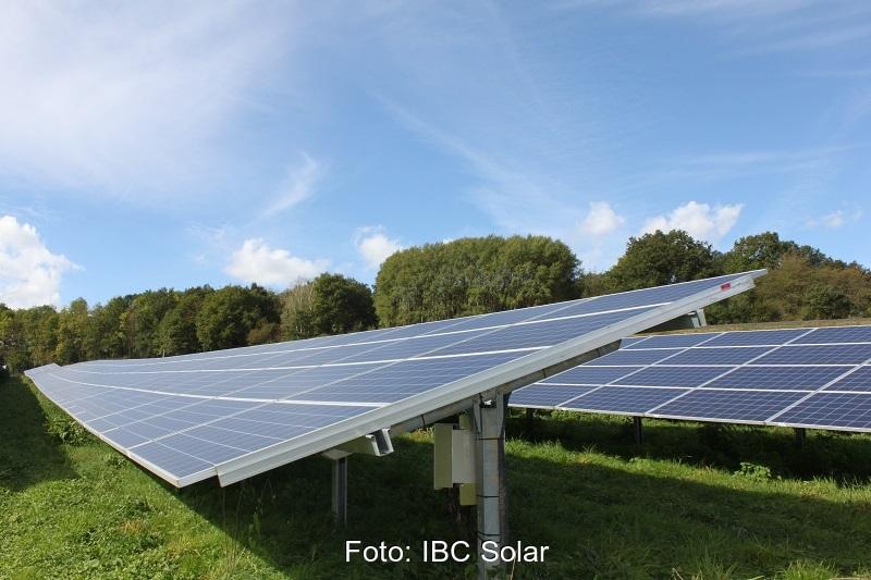 Zu sehen ist einer der Photovoltaik-Solarparks von IBC Solar.