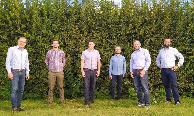 Zu sehen ist eine Menschengruppe bei der Vertragsunterzeichnung der Kooperation von ABO Wind und Energieallianz Bayern.