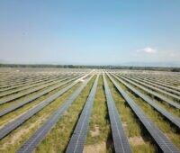 Zu sehen ist ein Photovoltaik-Solarpark. Im ABO Wind Geschäftsjahr 2020 war ein Photovoltaik-Solarpark in Griechenland das größte Einzelprojekt des Projektierers.