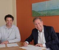 Zu sehen sind Dr. Thomas Treiling und Frank Ittermann, die für ABO Wind und die Green Gecco-Beteiligungsgesellschaft die Kooperation zum Ausbau der Photovoltaik-Solarparks im Nordwesten vereinbart haben.