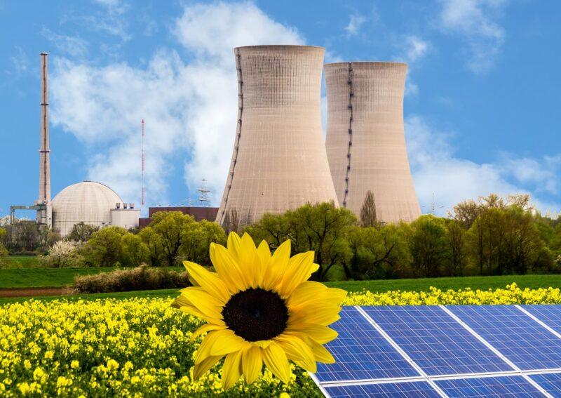 Fotomontage aus Atomkraftwerk und Solarmodulen.