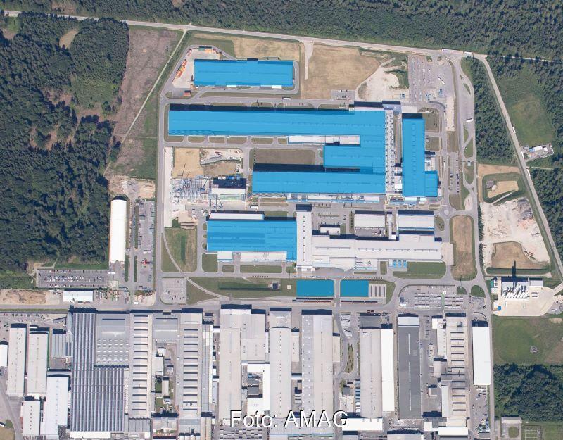 Luftbild von Dächern eines Industriebetriebs aus großer Höhe.