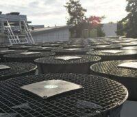 Zu sehen ist die Großwärmepumpe, die die Effizeinz vom Solarheizwerk steigern soll.
