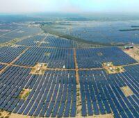 Zu sehen ist der gigantische Solarpark Kamuthi mit 780 MW Leistung. Jetzt hat Adani Green Energy den Zuschlag für den weltweit größten Photovoltaik-Auftrag erhalten.