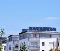 Mehrfamilienhaussiedlung mit Photovoltaik auf den Dächern.