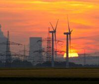 Kohlekraftwerk mit Windrädern. Noch ist der Kohleausstieg ohne Pläne für erneuerbare Energie.