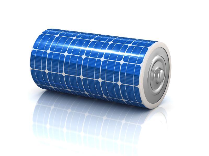 Eine Batterie mit Solarzellen ummantelt.