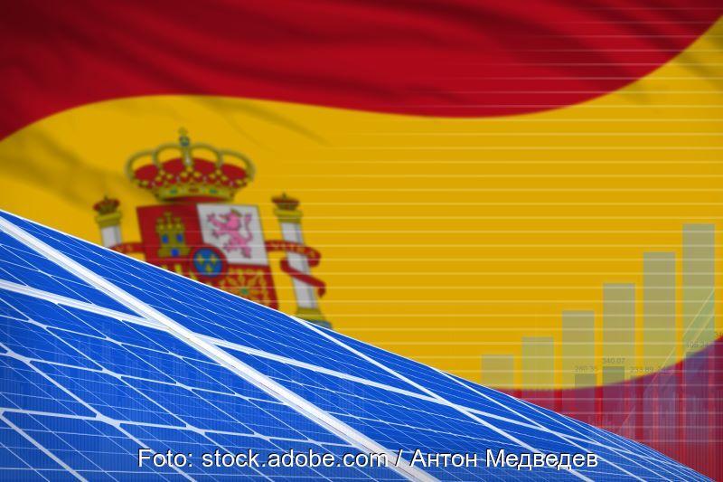 PV-Module vor spanischer Flagge.