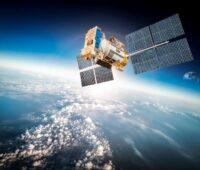 Eine Satelitt mit Solarzellen im All