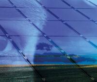 Übereinandergelegte Bilder: Ganz im Hintergrund eine schöne Landschaft mit Baum und See, darüber die Ansicht auf PV-Module, durchscheinend das Auge eines Menschen