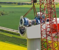 Montagekran an der Spitze einer Windkraftanlage