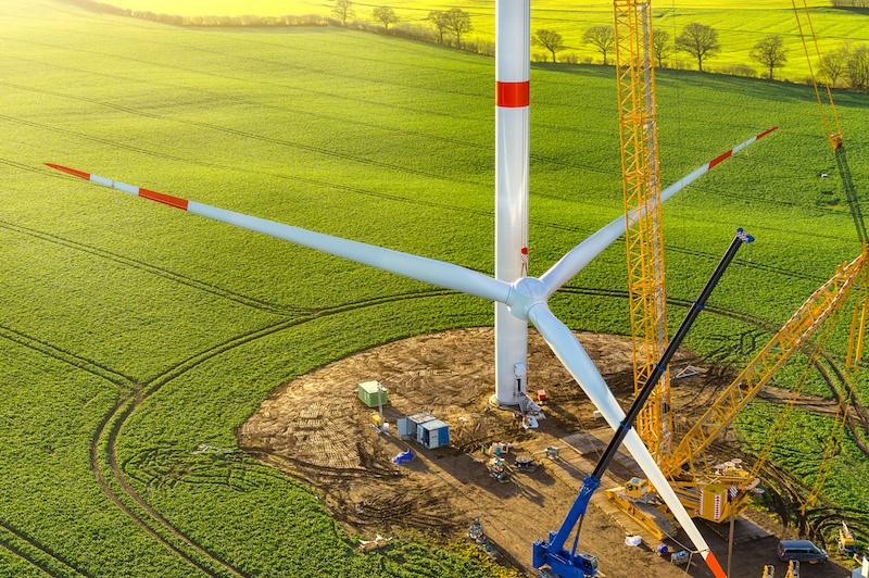 Repowering: Abbau von Windkraftanlagen (zu sehen ist der Rotor, der am Mast mit Hilfe eines Krans beim Aufbau hochgezogen bzw. beim Abbau heruntergelassen wird). So soll für neue neue, leistungsstärkere Windkraffanlagen Platz geschaffen werden.