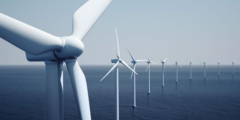 Ein Reihe von Windkraftanlagen auf dem Meer