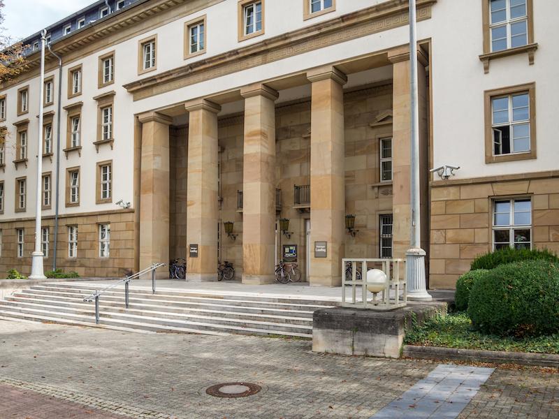 Ansicht des Eingangs vom Landtag, in dem künftig Solarpolitik für Thüringen von einer Minderheitsregierung gemacht werden muss.