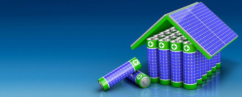 Ein symbolisches Bild: auf einer blauen Fläche aufgestellte Batterien, die von angedeuteten PV-Modulen überdacht werden.
