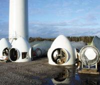 Teile von demontierten Windkraftanlagen liegen auf dem Boden