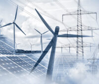 Collage aus Strommasten, Windkraftanlagen und Solarmodulen