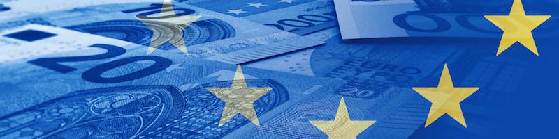 Geldscheine, blau eingefärbt, im Hintergrund, im Vordergrundes europäische Sterne